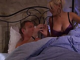Un homme mature avec sa jeune maîtresse, obligé de la satisfaire.