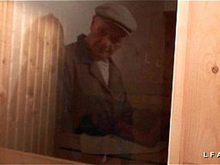 Libertine francaise sodomisee au sauna dans un plan a 3 avec Papy voyeur
